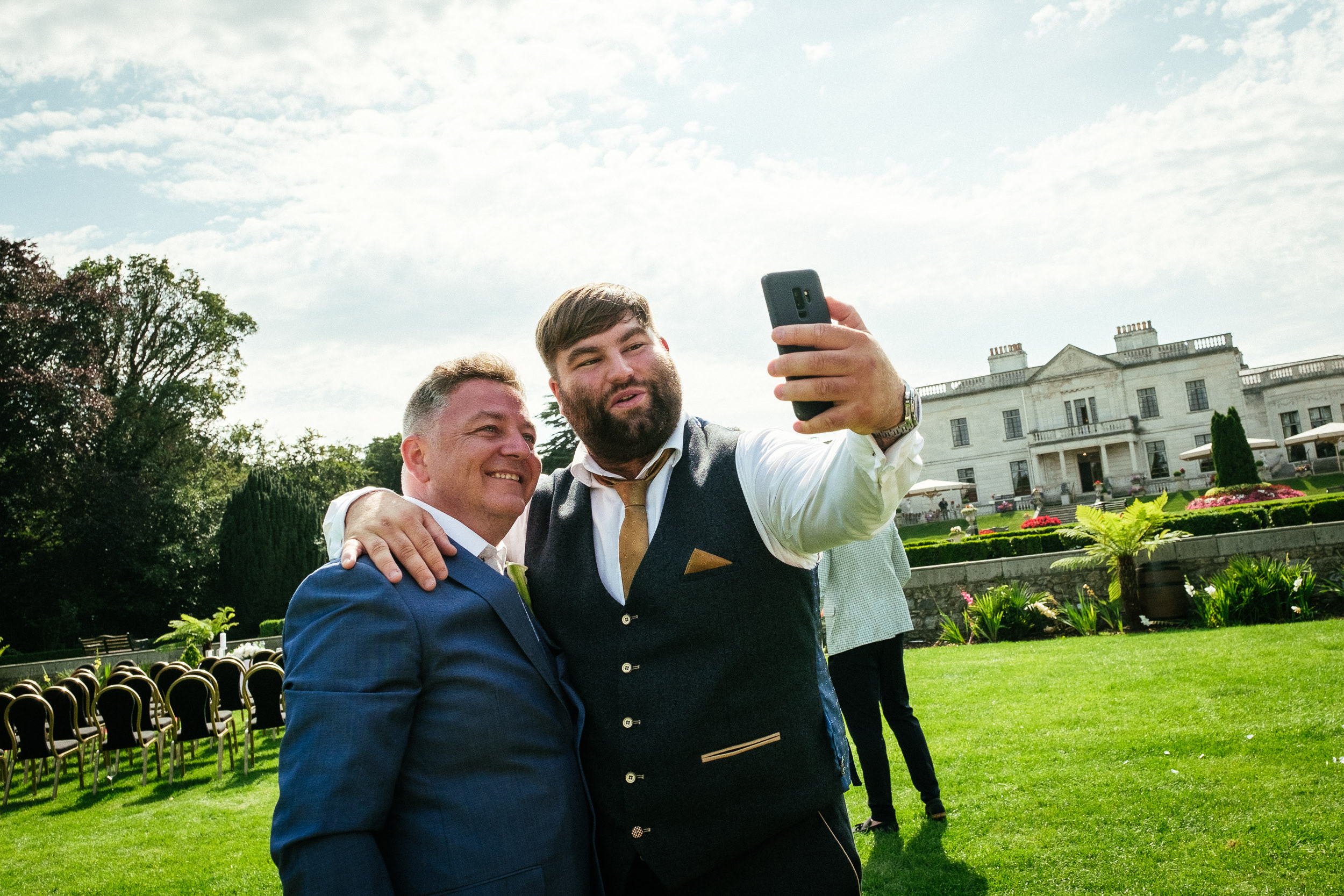2 wedding guests taking a selfie